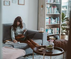 Femme télétravaille depuis son canapé