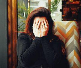 Femme qui souffre de mal de tête chronique