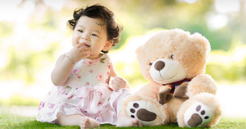Fille avec son ours en peluche