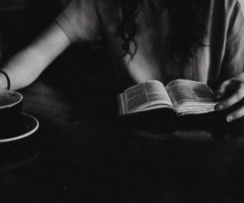 Lecture d'un livre avec un café