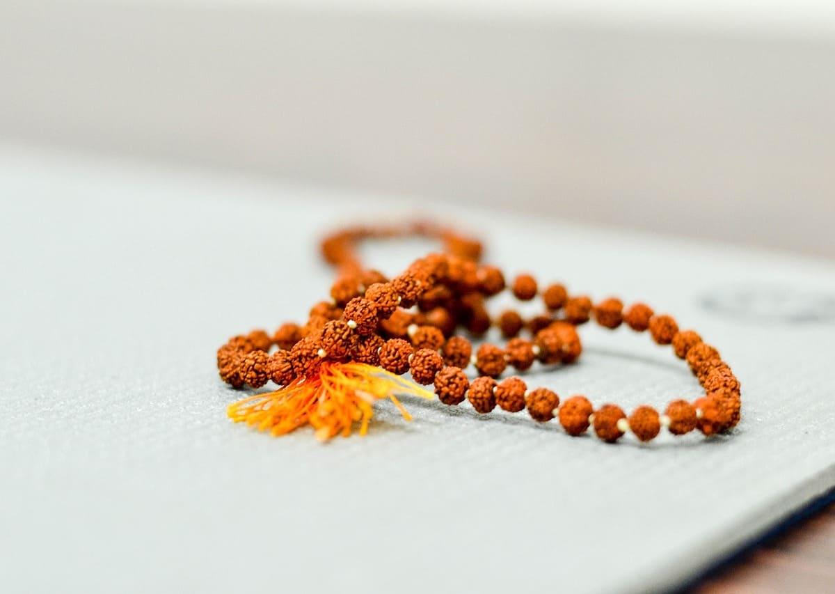 Le bracelet bouddhiste (mâlâ) : accessoire de mode, et bien plus encore