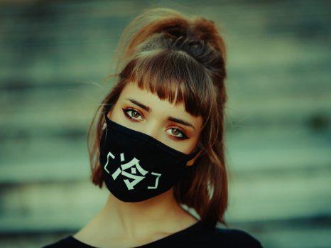 Masque tendance noir écriture blanche kanji